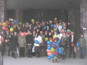 Сотрудники компании готовы выпустить облако воздушных шаров